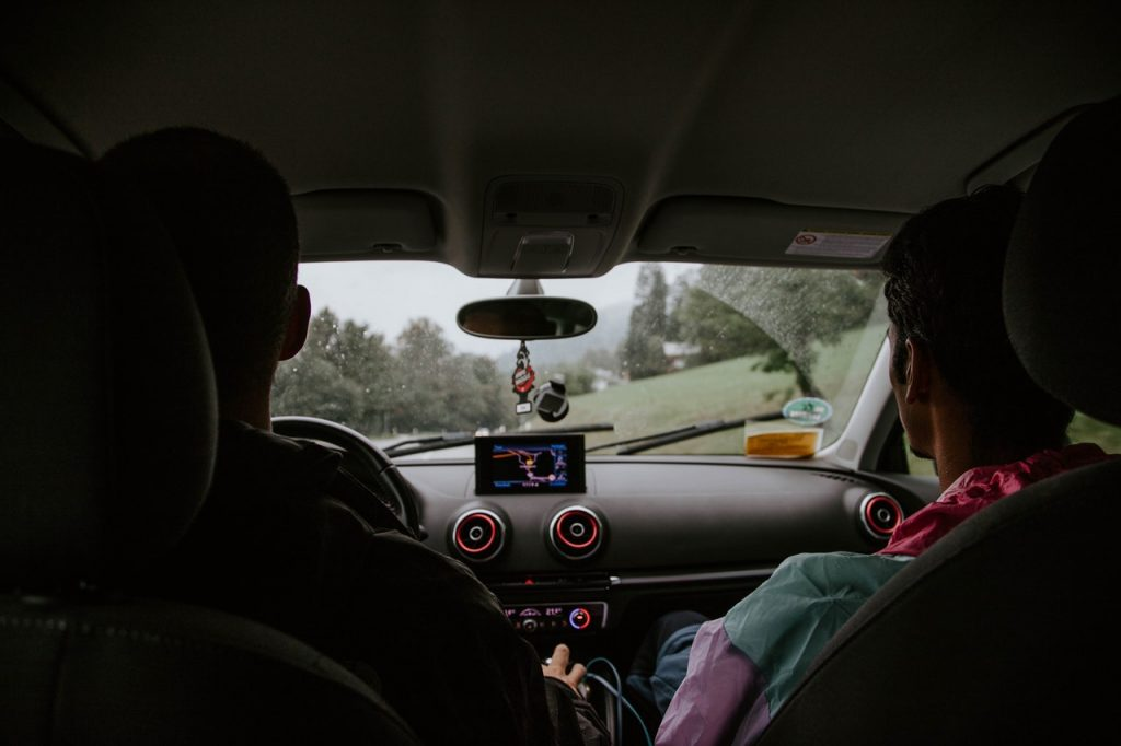 Deux personnes assises en voiture