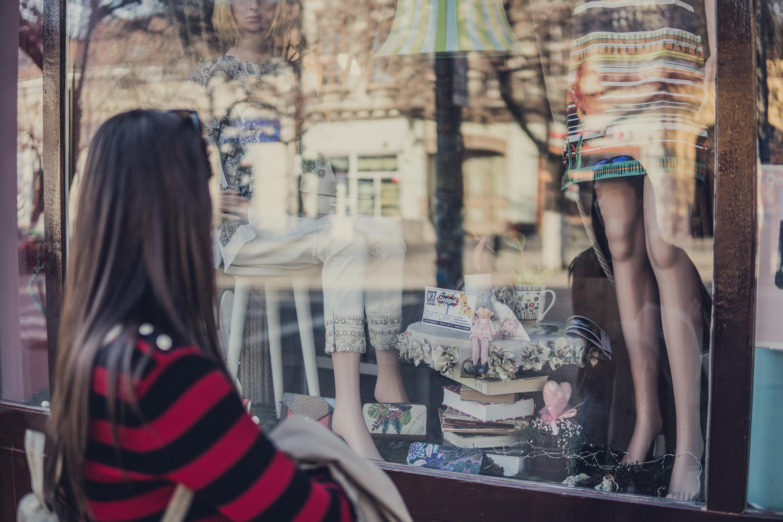 Femme devant une vitrine