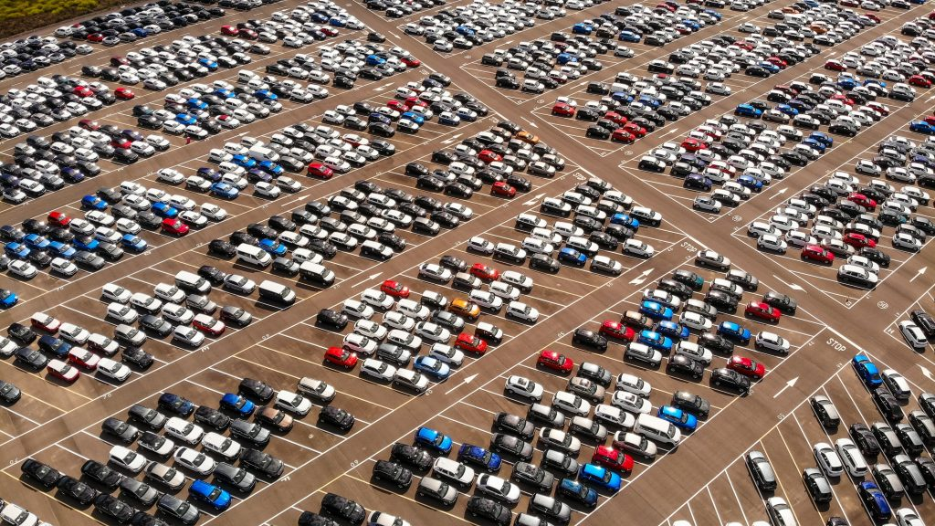 Des voitures sur un grand parking